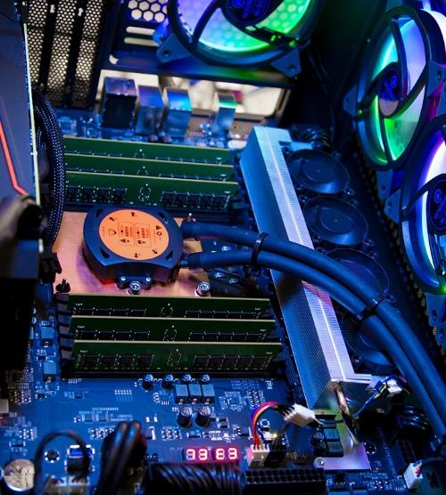 新製品の利用イメージ。Asetek社の液冷クーラーを付けている。Intelの写真