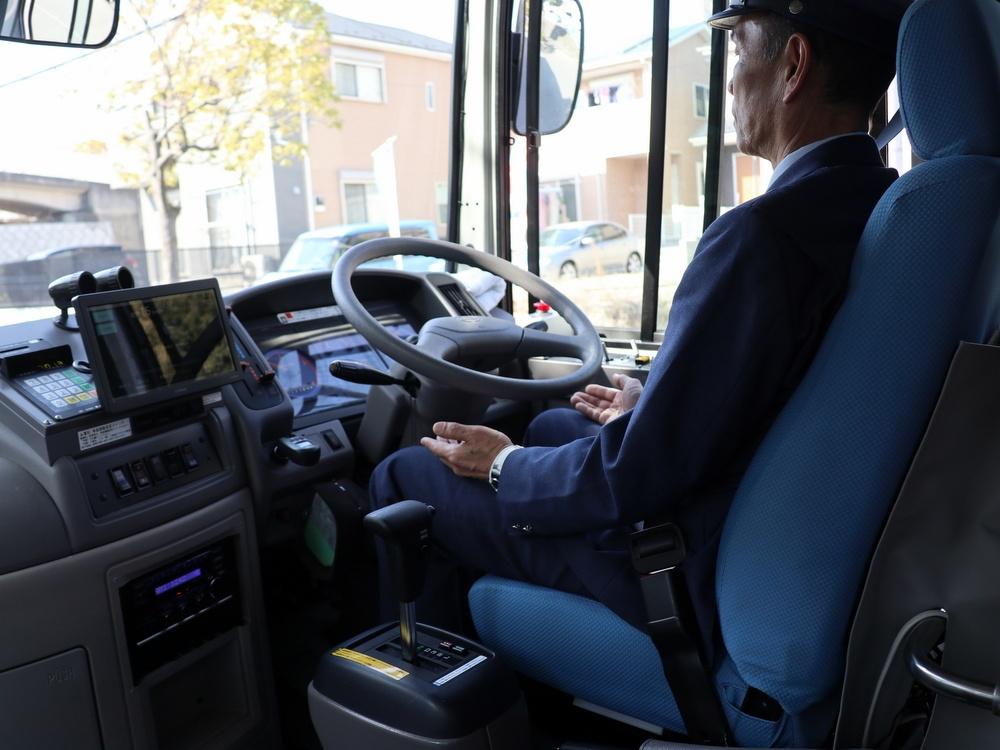 神奈中バスの運転士が同乗するがハンドル操作はしない
