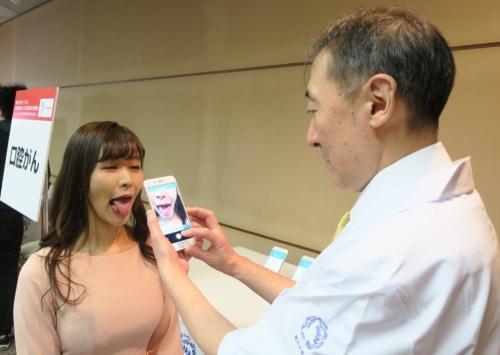 口腔がんの診断支援アプリを使用しているイメージ
