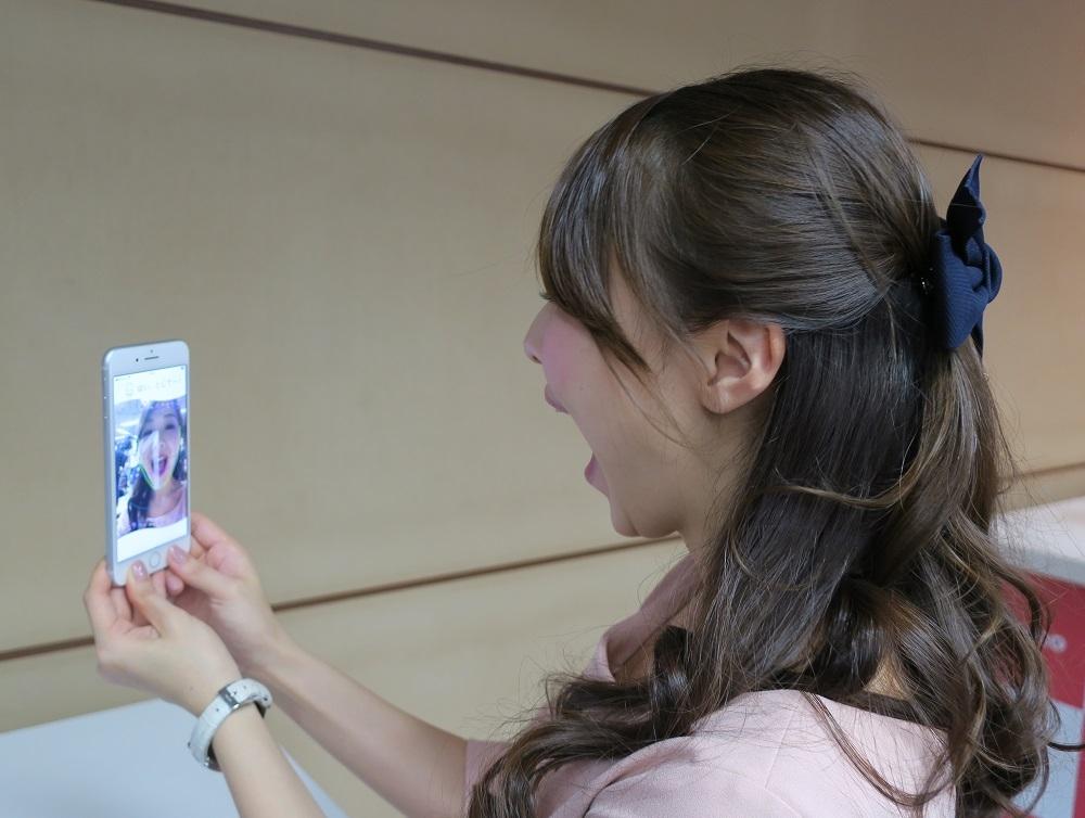 顎関節症の判定をするためにスマートフォンで口を開閉する動画を撮影している様子