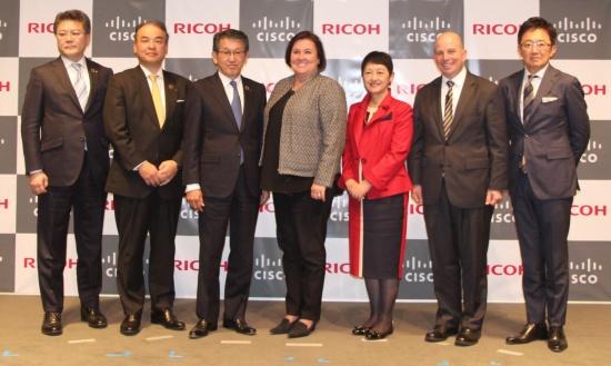 会見に登壇した、リコーの社長執行役員 山下良則社長(左から3番目)と米シスコシステムズのケリー・クレイ執行副社長兼最高財務責任者(左から4番目)ら2社の関係者