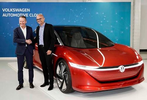 フォルクスワーゲンのヘルベルト・ディースCEO(左)とマイクロソフトのサティア・ナデラCEO(右)