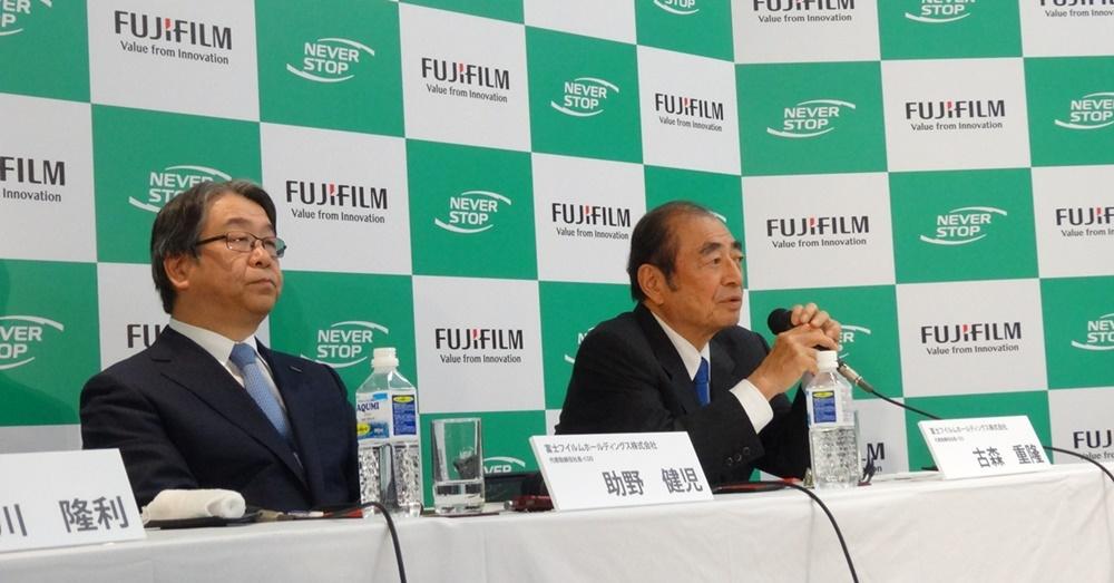 富士フイルムホールディングス 代表取締役会長・CEOの古森重隆氏(右)、同 代表取締役社長・COOの助野健児氏(左)
