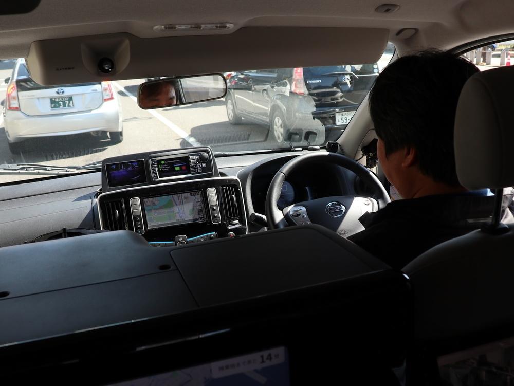 車内の様子。運転席の人はハンドルを握っておらず、運転操作は自動化している