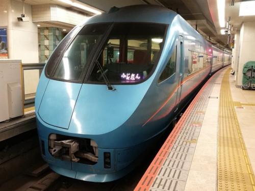小田急新宿駅に停車する特急ロマンスカー