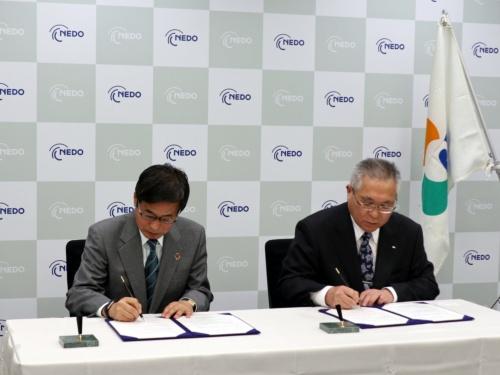 協定書に署名する新エネルギー・産業技術総合開発機構(NEDO)の石塚博昭理事長(左)と福島県南相馬市の門馬和夫市長