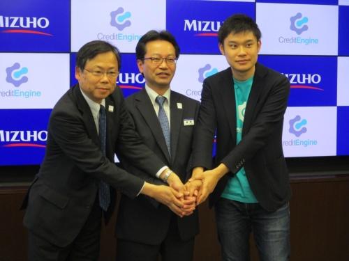 左から、みずほ第一フィナンシャルテクノロジーの大島周社長、みずほ銀行リテール・事業法人部門共同部門長の飯島弘行常務執行役員、クレジットエンジンの内山誓一郎CEO