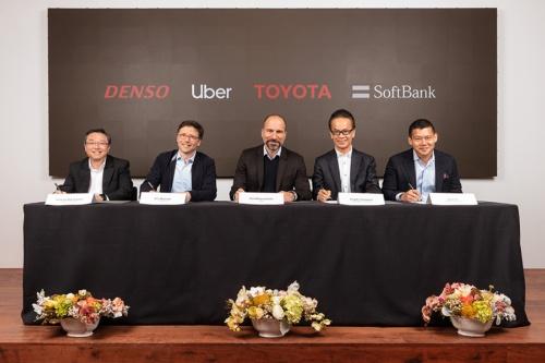 トヨタ自動車や米ウーバーテクノロジーズなどの幹部が出席した調印式