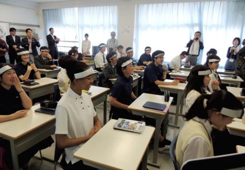 学生の頭にセンサーを取り付けて授業中の脳の活動具合を計測する
