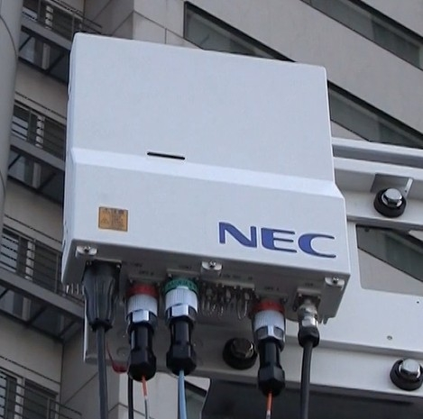 NECが試作した5G向け無線機(4.5ギガヘルツ帯向け)。楽天向けは現在開発中だが、同種の技術が使われる予定だ 出典:NEC