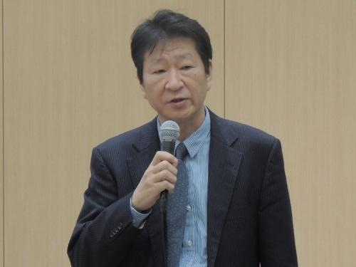 モバイル型ワークステーションの新製品について説明する日本HPの岡隆史社長