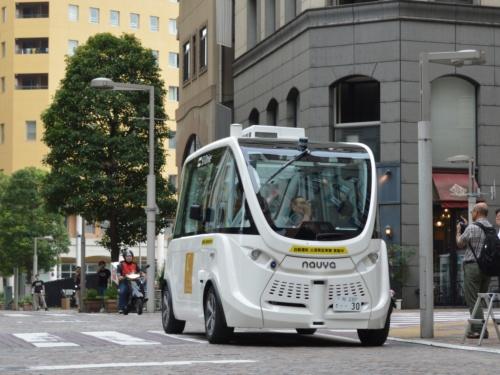 東京都港区の「汐留シオサイト5区イタリア街」の公道を走る自動運転バス