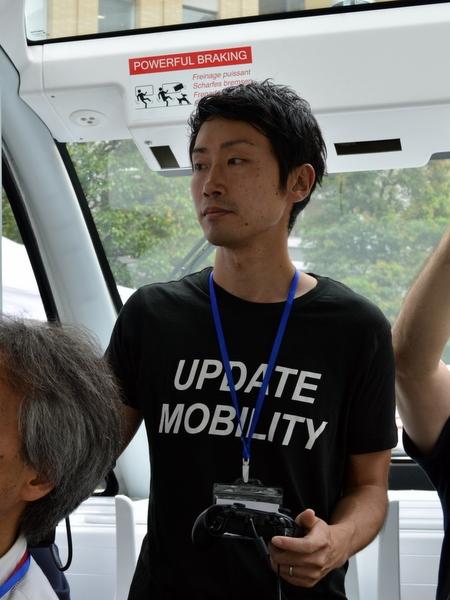 自動運転バス車内。ハンドルがなく、代わりに運転手はゲームパッドを持ち、異常時の操作に備える
