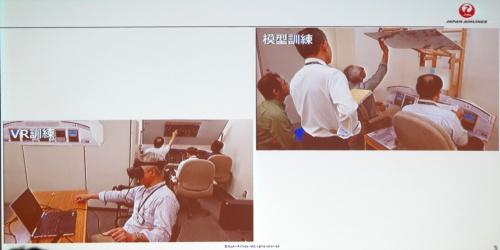 これまでイメージトレーニングで使っていた板製の模型(右上)と今回のVRシステム(左下)