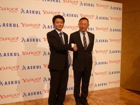 2012年の提携発表会見で握手した両社トップ。右がアスクル岩田彰一郎社長(現任)、左がヤフーで当時、最高経営責任者(CEO)を務めていた宮坂学氏