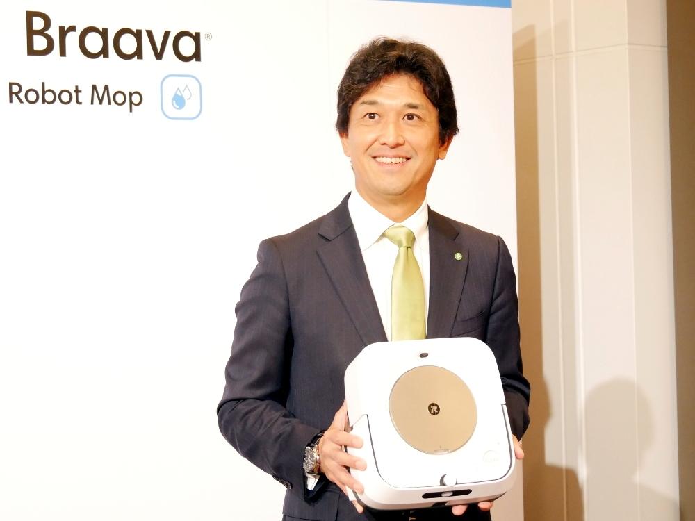 アイロボットジャパンの挽野元代表執行役員社長。新製品「ブラーバ ジェットm6」を披露した (撮影:日経 xTECH)