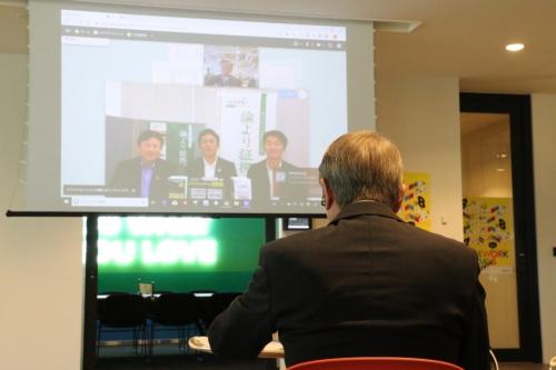Web会議サービスで全国各地のサテライトオフィスで働く人たちと対話をする石田総務相