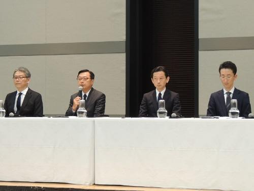 7payのサービス廃止について説明するセブン&アイ・ホールディングスの後藤克弘副社長(左から2人目)
