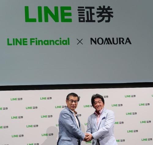 LINE Financialの齊藤哲彦社長CEO(左)と野村ホールディングスの池田肇執行役員(右)