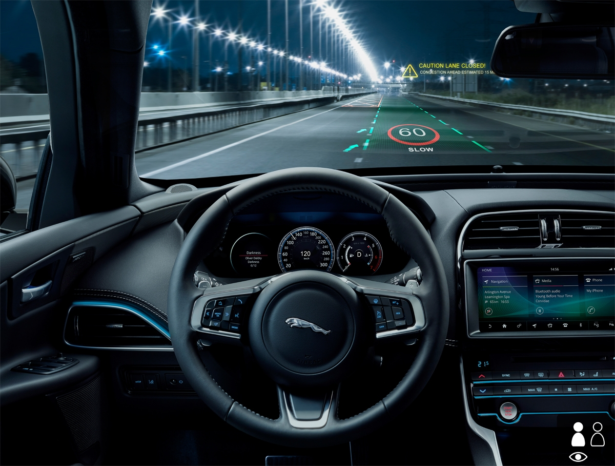 従来のヘッドアップディスプレイと違い、現実空間の正確な位置に警告文字などが表示される。 (写真:Jaguar Land Rover)