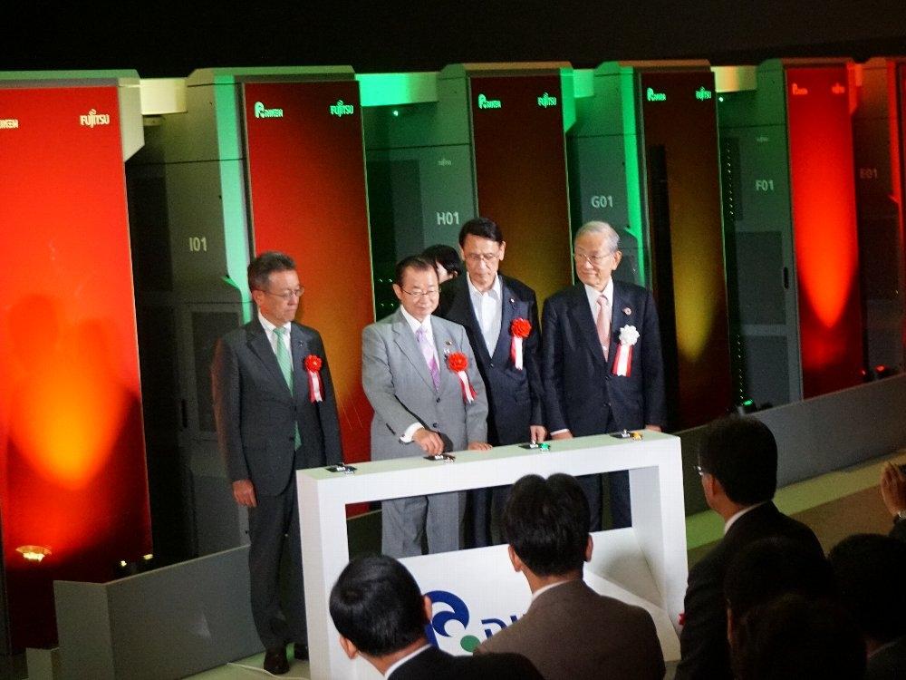 スーパーコンピューター「京」をシャットダウンするセレモニーの様子 国会議員などの関係者が見守るなか、京の電源供給を止めた