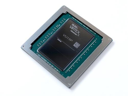 今回の新製品。Xilinxの写真