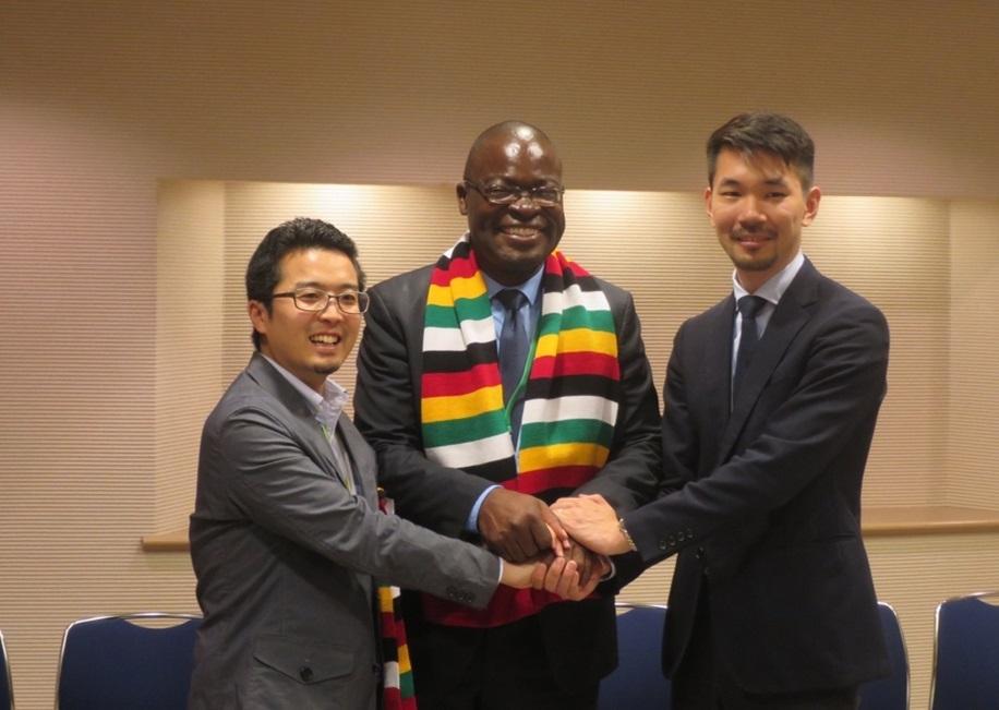 左からワープスペース常間地悟CEO(最高経営責任者)、ジンバブエ高等教育科学技術発展省のアモン・ムルウィラ大臣、Double Feather Partnersの武藤康平代表取締役
