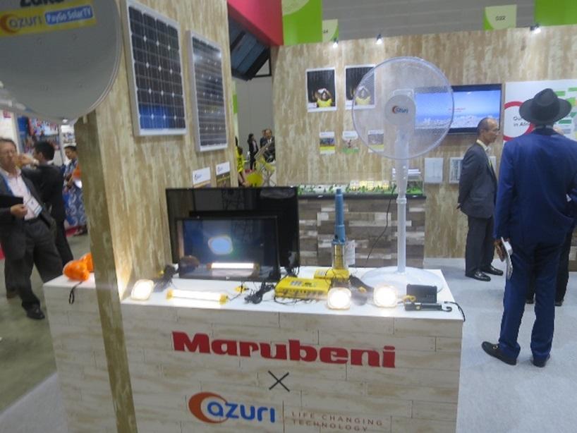 丸紅の展示ブース。出資先の英アズーリは蓄電池や太陽光パネル、LEDライト、ラジオ、テレビ、灌漑(かんがい)用ポンプ、扇風機などの割賦販売を手掛ける