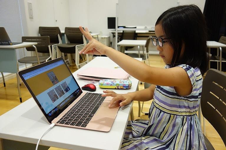 児童がグーチョキパーをAIに学習させている様子 (出所:グルーヴノーツ)
