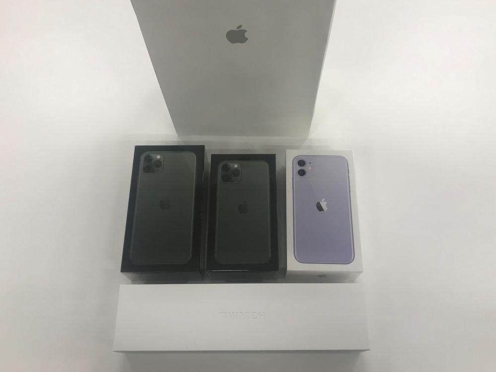 無事購入したiPhone3機種とApple Watch Series 5 箱に描かれているのが本体ディスプレー面でなくカメラのある背面になった(撮影:日経 xTECH)