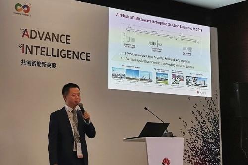 Huaweiのmicrowave product line部門長Yang Xi氏による「AirFlash 5G Microwave enterprise solution」披露の様子