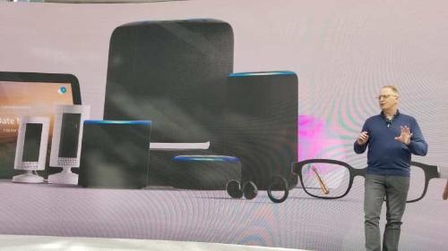 ハードウエア製品を発表する、米アマゾン・ドット・コムのデイブ・リンプ デバイス&サービス担当シニアバイスプレジデント