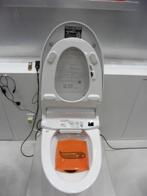 LIXILが研究しているAIトイレ。便器の右上部分にLEDとカメラが設置されている。