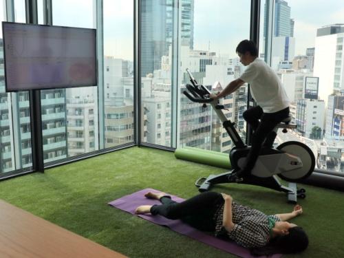 オフィスの一画にあるフィットネスエリア。バイク運動やヨガなどで気分転換できる