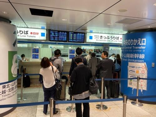 東京駅で窓口に並ぶ人たち(2019年10月1日、午前9時頃)