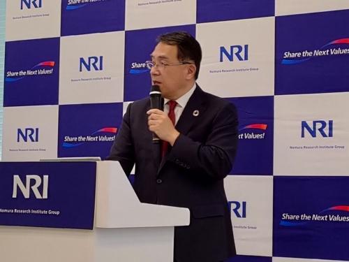 新たな経済指標について発表する、野村総合研究所の此本臣吾会長兼社長