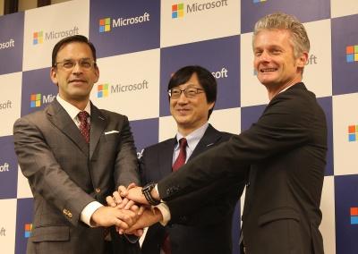 左から日本マイクロソフトの平野拓也特別顧問、吉田仁志社長、マイクロソフト アジアのラルフ・ハウプター プレジデント