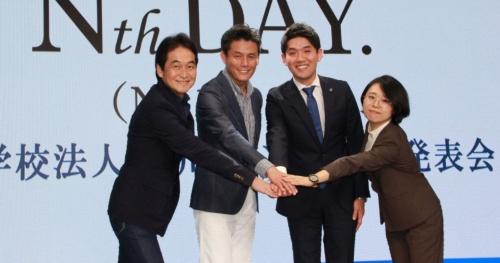 N中等部ネットコースの開設を発表する角川ドワンゴ学園の夏野剛理事(左端)らスタッフ