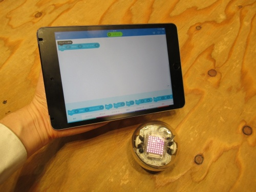球体ロボット「Bolt」とBoltを操作するタブレット