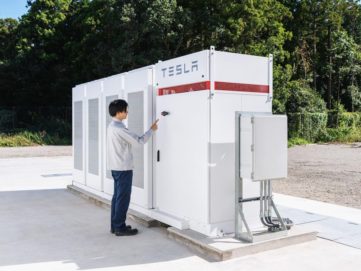 IIJが千葉県白井市のデータセンターに導入したテスラ製のリチウムイオン蓄電池「Powerpack」 (出所:IIJ)