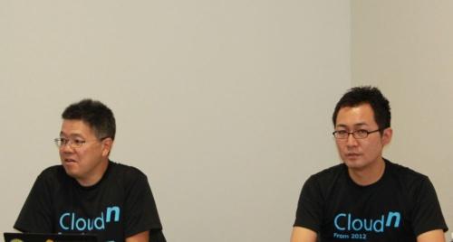 CloudnのTシャツを着てサービス終了を説明するNTTコミュニケーションズの林雅之エバンジェリスト(左)ら関係者