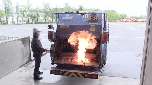 図1:カセットボンベの可燃性ガスがごみ収集車で発火する事故の再現