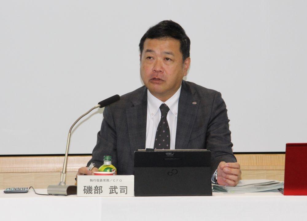 決算を説明する富士通の磯部武司CFO(最高財務責任者)