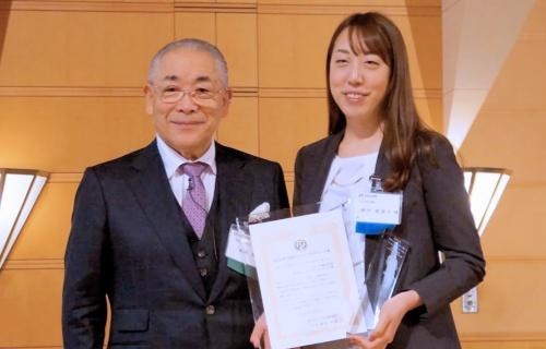 アスクル カスタマーエンゲージメント マネージャーの横田香菜子氏(右)とCRM協議会の藤枝純教会長(左)
