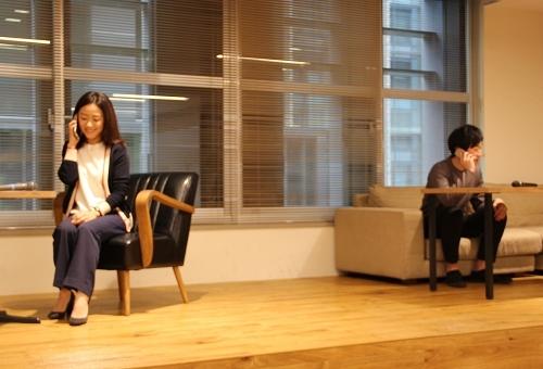 コーチングのデモンストレーション風景。コーチ(左)と電話で対話をすることで、自分の課題を整理していく