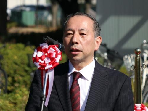 自動運転バスの出発式であいさつする東京大学生産技術研究所の須田義大教授