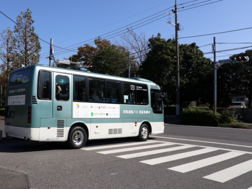東京大学柏キャンパスの構内道路から公道に出る自動運転バス