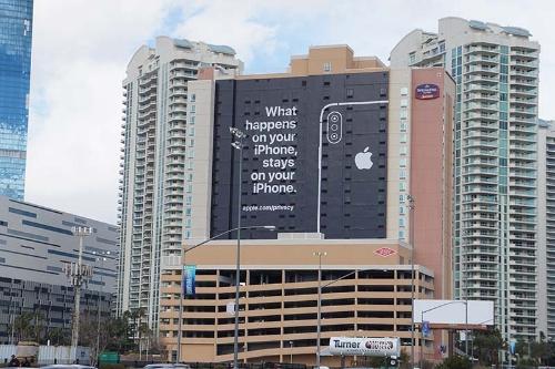 アップルがCES会場近くに掲示した広告(撮影:日経 xTECH)