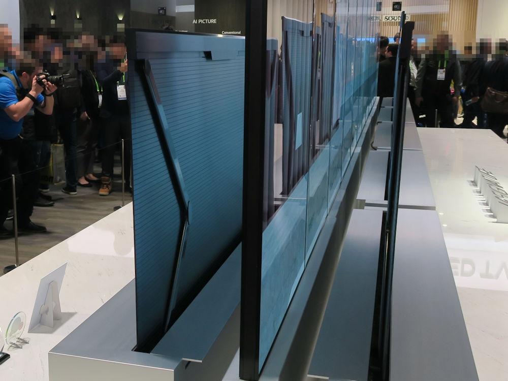 「LG SIGNATURE OLED TV R(R9)」の裏側 裏側は複数の細く長い樹脂部品で覆われている。左右のパンタグラフのような構造で支える仕組みのようだ(撮影:日経 xTECH)