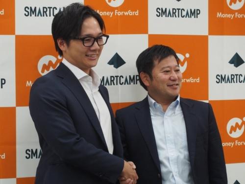 スマートキャンプの古橋智史CEO(左)とマネーフォワードの辻庸介社長